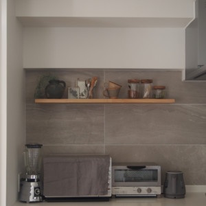 背面キッチンに置く家電は厳選するのがすっきりのコツ。